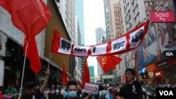 示威者高舉「解放廣東道」橫額,不滿近年廣東道成為大陸豪客購買名牌的地區