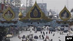 Cư dân ở ngoại ô Bangkok, Thái Lan di chuyển trong nước lụt