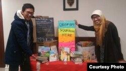 "Juara Elyas Tampubolon (kiri) dan Dedeh Thowiyah (kanan) pencetus proyek ""Buku Terbang"" di AS (dok: Buku Terbang)"