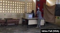 Un Gabonais vote dans une école lors de l'élection présidentielle, à Libreville, le 29 août 2016. (VOA/Idriss Fall)