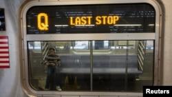 Penumpang di kereta bawah tanah di kota New York.