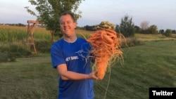 کریستوفر کوئالی با بزرگترین هویج جهان رکوردار جدید در دفتر رکودر جهاین گینس شد. عکس ازJim Monk KFGO Twitter