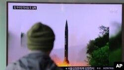 Seorang pria di sebuah stasiun kereta di Seoul, Korea Selatan, menonton berita di televisi mengenai peluncuran misil Korea Utara Kamis pagi (20/10).