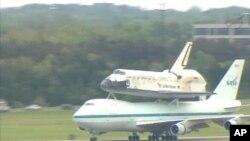 Discovery aterrando no Aeroporto Internacional Dulles, nos arredores de Washington