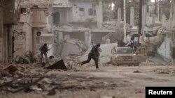 Chiến binh của phe nổi dậy chiến đấu với binh sĩ trung thành với Tổng thống al-Assad tại thị trấn Morek trong thành phố Hama.