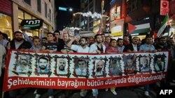 Các nhà hoạt động và những người ủng hộ Palestine cầm hinh các nạn nhân vụ đột kích tàu của Israel tuần hành đến quảng trưởng Taksim trong thành phố Istanbul, Thổ Nhĩ Kỳ, hình chụp ngày 30/5/2011.
