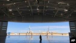 Kru darat Virgin Galactic memandu pesawat masuk ke hangar bandar antariksa Spaceport America setelah uji coba terbang dekat Upham, New Mexico, Kamis, 15 Agustus 2019. (Foto: AP)