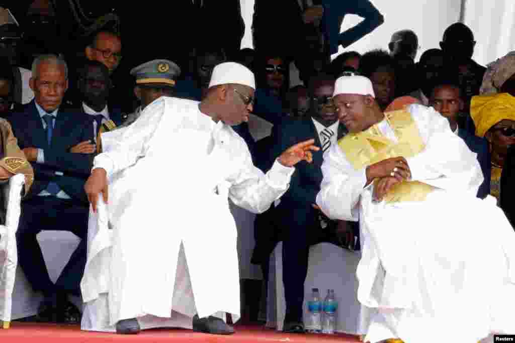 Le président sénégalais Macky Sall, à gauche, s'adresse au président gambien Adama Barrow lors de la cérémonie de prestation de serment de Barrow au stade de l'indépendance, à Bakau, en Gambie, 18 février 2017.