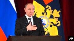 Le président russe Vladimir Poutine donne un discours à Moscou, Russie, le 15 mars 2016.