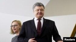 Presiden Ukraina Petro Poroshenko (kanan) berkunjung ke Parlemen Finlandia didampingi Ketua Parlemen Finlandia Maria Lohela di Helsinki (24/1).