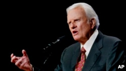 El reverendo Billy Graham predica en Oklahoma City, Oklahoma. Jueves 12 de junio de 2003. (AP Photo/Sue Ogrocki)