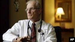 El Dr. Robert Latham, jefe de Medicina del hospital Saint Thomas en Nashville, Tennessee ha dicho que todavía se pueden esperar más casos de meningitis.