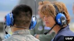 参议员穆考斯基访问阿拉斯加州的一个美军基地(美国空军2015年6月30日照片)