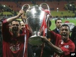 Nani e Cristiano Ronaldo celebram a vitória do Manchester United na Liga dos Campeões, em 2008. Este ano, Nani tem a possibilidade de voltar a erguer a Taça