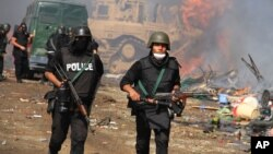 Lực lượng an ninh Ai Cập với xe bọc thép yểm trợ tiến vào để trấn dẹp các địa điểm biểu tình ở Nasr City, Cairo, ngày 14/8/2013.
