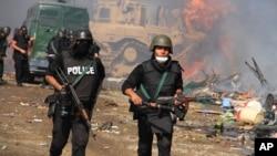 2013年8月14日被推翻埃及总统穆尔西的支持群众在首都开罗附近设营静坐示威之后,埃及军人进行镇压清场。