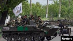 Pripadnici proruskih snaga na oklopnom vozilu blizu Slavjanska u istočnoj Ukrajini