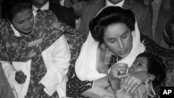 انسداد پولیو مہم کا آغاز بے نظیر کے دورِ حکومت میں ہوا تھا — فائل فوٹو