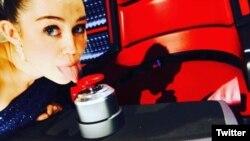 """Cyrus escribió en Twitter: """"Lamiendo los botones de Xtina! @NBCTheVoice #asesoraclave #temporada10""""."""