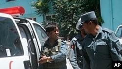 사망자 시신을 옮기는 아프간 경찰
