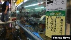 최근 후쿠시마 원전사고 현장에서 매일 수백 톤의 오염수가 바다로 유출되면서 일본 수산물에 대한 우려가 커지자 한국 정부가 6일 일본 수산물 수입 제한을 확대하는 조치를 결정했다. 사진은 이날 서울 노량진 수산시장.