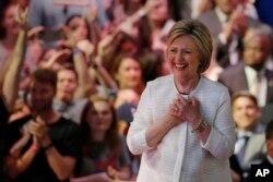 Những người ủng hộ ông Sanders hy vọng ông sẽ buộc bà Clinton phải thay đổi các chính sách của bà.
