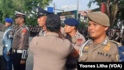 Penyematan pita merah tanda operasi Lilin Tinombala 2019 kepada petugas perwakilan TNI, Polisi, Dinas Perhubungan satuan Polisi Pamong Praja, 18 Desember 2019. (Foto: VOA/Yoanes Litha)