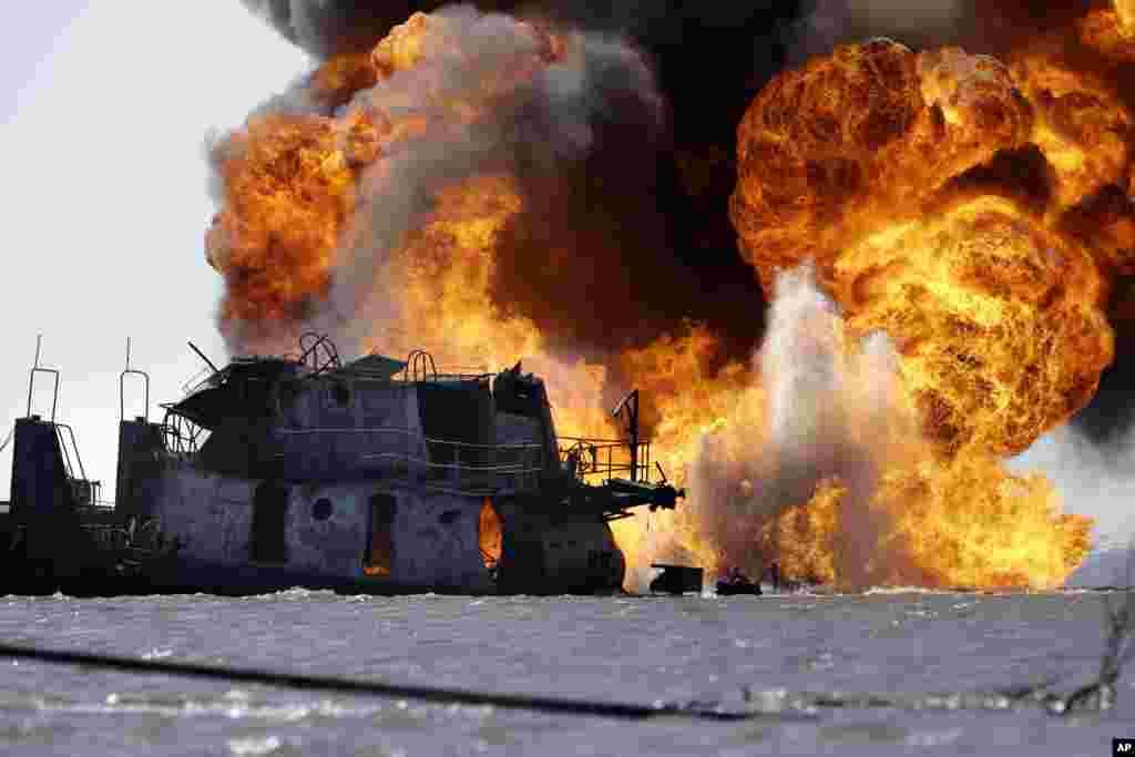 Đám cháy bùng lên do một xà lan đụng vào ống dẫn khí đốt hôm 12/3 tại vịnh Perot, quận Lafourche, tiểu bang Louisiana, Hoa Kỳ, cách thành phố New Orleans độ 50 kilomet về hướng nam.
