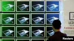 一名参观者在台北国际电脑展上观看ASUS电脑屏幕。(资料照)