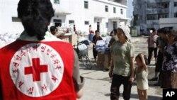 지난 2012년 8월 북한 평안남도 안주에서 조선적십자회 직원들이 수재민들에게 구호물품 배분하고 있다. (자료사진)