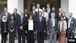 Presiden Susilo Bambang Yudhoyono berfoto bersama para anggota delegasi jurnalis AS yang mengunjungi kantornya (19/5).