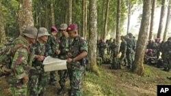 Binh sĩ thủy quân lục chiến Indonesia xem bản đồ vị trí của nơi máy bay lâm nạn, ngày 10/5/2012