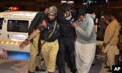 بیش از یکصد نفر در حمله افراد مسلح مجروح شدند.