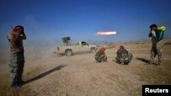 شبه نظامیان شیعه عراقی مورد حمایت ایران به مواضع داعش شلیک می کنند.