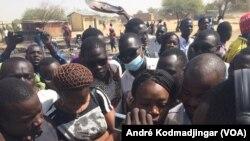 Les étudiants sur les cendres de leur restaurant brûlés par la police entonnant l'hymne national, à N'Djamena, Tchad, le 14 février 2017. (VOA/AndréKodmadjingar)