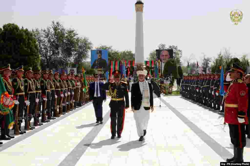 اشرف غنی در مراسم روز استقلال کشور افغانستان. او پیشنهاد صلح به طالبان داده است.