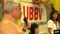 Từ trái sang phải: Giáo sư Nguyễn Ngọc Bích, bà Jacquie Bông Wright và cô Ca Dao thuyết trình về người lao động Việt Nam tại Mã Lai