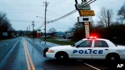 La policía opera en la escena del crimen fuera del club Cameo, después de un tiroteo fatal, el domingo 26 de marzo de 2017, en Cincinnati.