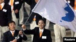 지난 2000년 9월 열린 시드니올림픽 개막식에서 남북한 선수가 한반도기를 들고 공동 입장하고 있다.