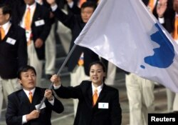 지난 2000년 시드니 하계 올림픽 개막식에서 한반도기를 들고 공동 입장하는 남북한 선수단.