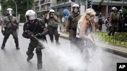 希臘警察向抗議者發射催淚瓦斯。