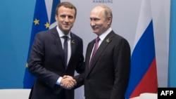 Le président français Emmanuel Macron (G) et son homologue russe Vladimir Poutine au sommet du G20 à Hambourg, Allemagne, 8 juillet 2017.
