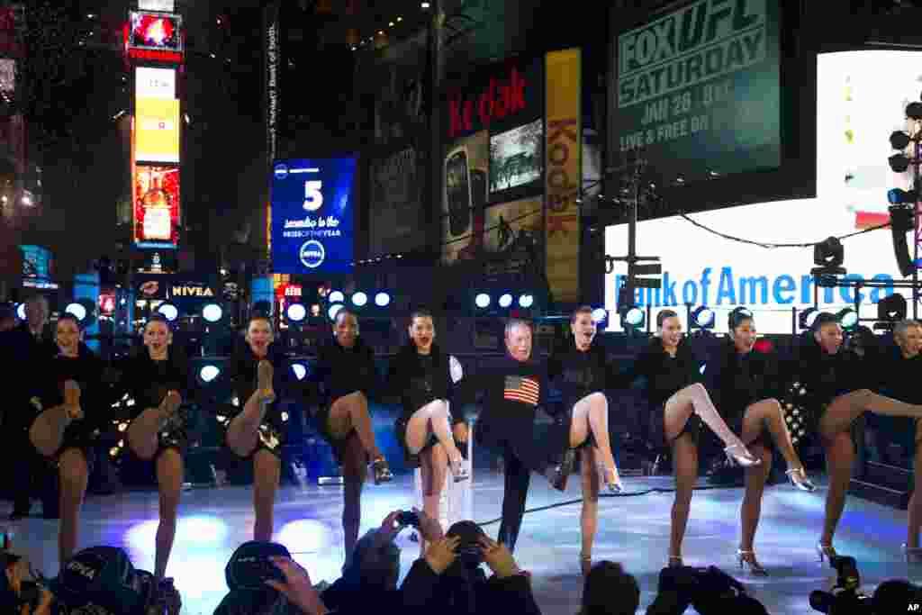 Мэр Нью-Йорка Майкл Блумберг встречает Новый год на площади Таймс-сквер