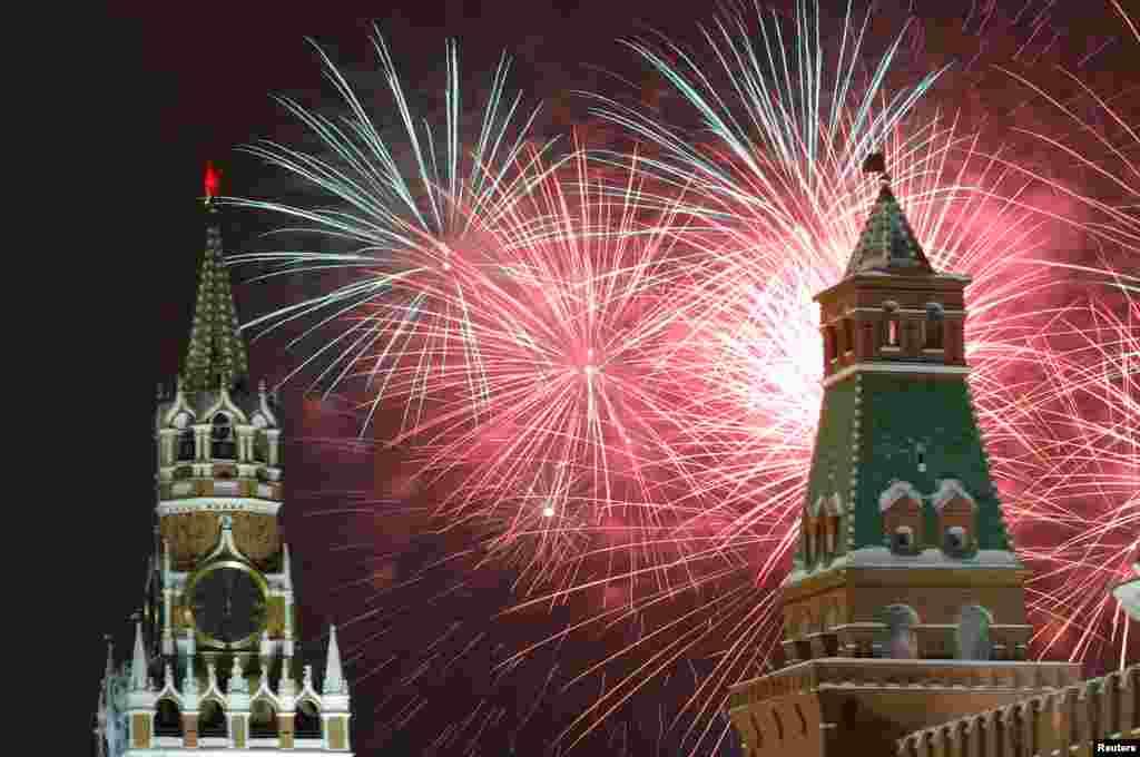 Pháo hoa được bắn trên quảng trường Đỏ, thủ đô Moscow của Nga để chào mừng năm mới, 01/01/2019.