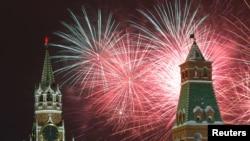 Pesta kembang api memeriahkan perayaan tahun baru di Red Square, Moskow, Rusia, 1 Januari 2019.