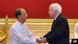 ປະທານາທິບໍດີມຽນມາ ທ່ານ Thein Sein ຕ້ອນຮັບ ຜູ້ແທນສະພາສູງສະຫະລັດ ທ່ານ John McCain ຢູ່ທໍານຽບປະທານາທິບໍດີ ທີ່ນະຄອນຫລວງ Naypyitaw, ມຽນມາ, ວັນທີ 22 ມັງກອນ 2012. ວັນທີ 22, ມັງກອນ 2012.