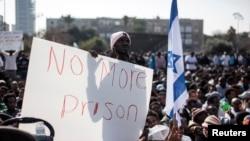 Imigran Afrika menggelar aksi protes di Lapangan Rabin, Tel Aviv (5/1).