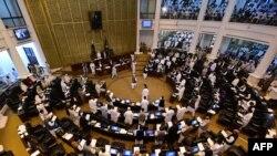 خیبر پختونخوا اسمبلی کے نومنتخب ارکان پیر کو ہونے والے اسمبلی کے افتتاحی اجلاس میں حلف اٹھا رہے ہیں۔