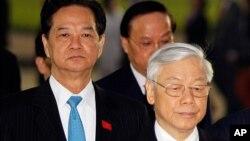 Thủ tướng Việt Nam Nguyễn Tấn Dũng và Tổng bí thư Nguyễn Phú Trọng tới đặt vòng hoa tại lăng ông Hồ Chí Minh ở Hà Nội sáng 20/1, trước khi diễn ra phiên họp trù bị Đại hội 12.