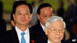 Tổng Bí thư Nguyễn Phú Trọng và Thủ tướng Nguyễn Tấn Dũng đặt vòng hoa tại lăng Hồ Chí Minh trước Đại hội đảng 12, ngày 20/1/2016.